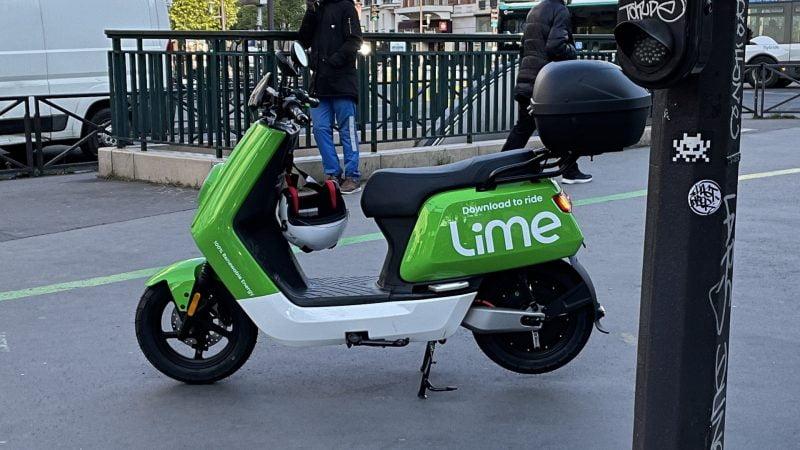 Les scooters électriques en libre-service verts fluo de Lime sont arrivés à Paris