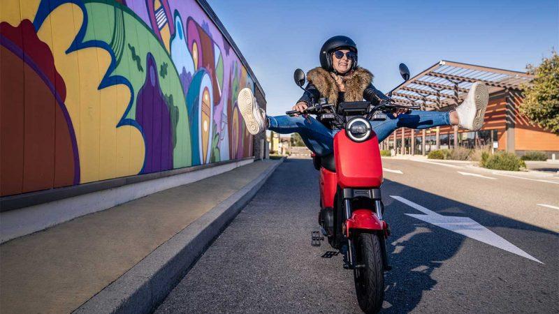 ce petit scooter électrique coûte moins de 1000 euros