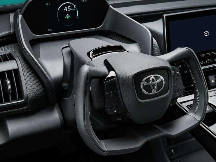 Le croisement électrique Toyota bZ4X obtient un joug associé à une direction par fil