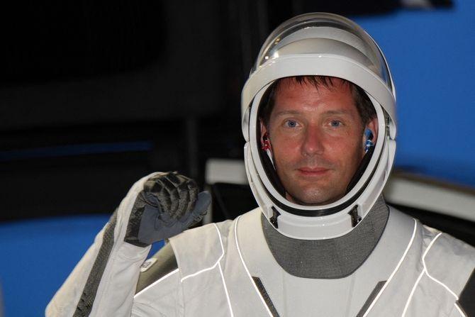 quel est le salaire mensuel de l'astronaute chouchou des Français ?