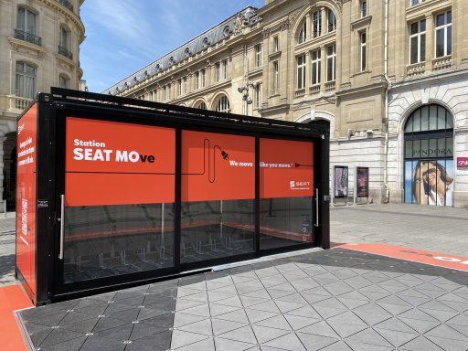 Seat implante une station de recharge électrique à la gare Saint-Lazare