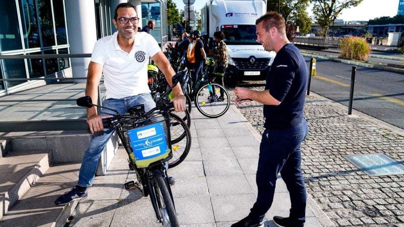 Les pros de la Groupama-FDJ apprennent les règles de sécurité aux travailleurs à vélo