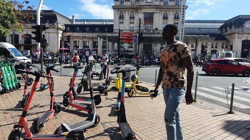 Bordeaux veut mettre fin à l'anarchie des trottinettes, vélos et scooters en libre service